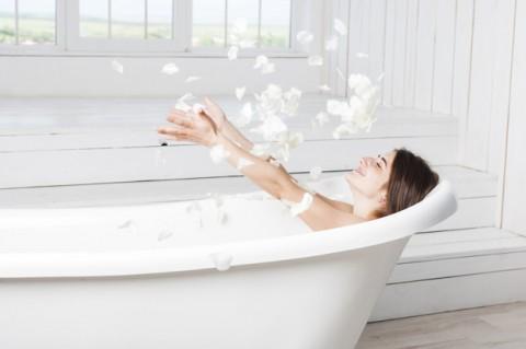 feliz-mujer-arrojando-petalos-banera_23-2147835571